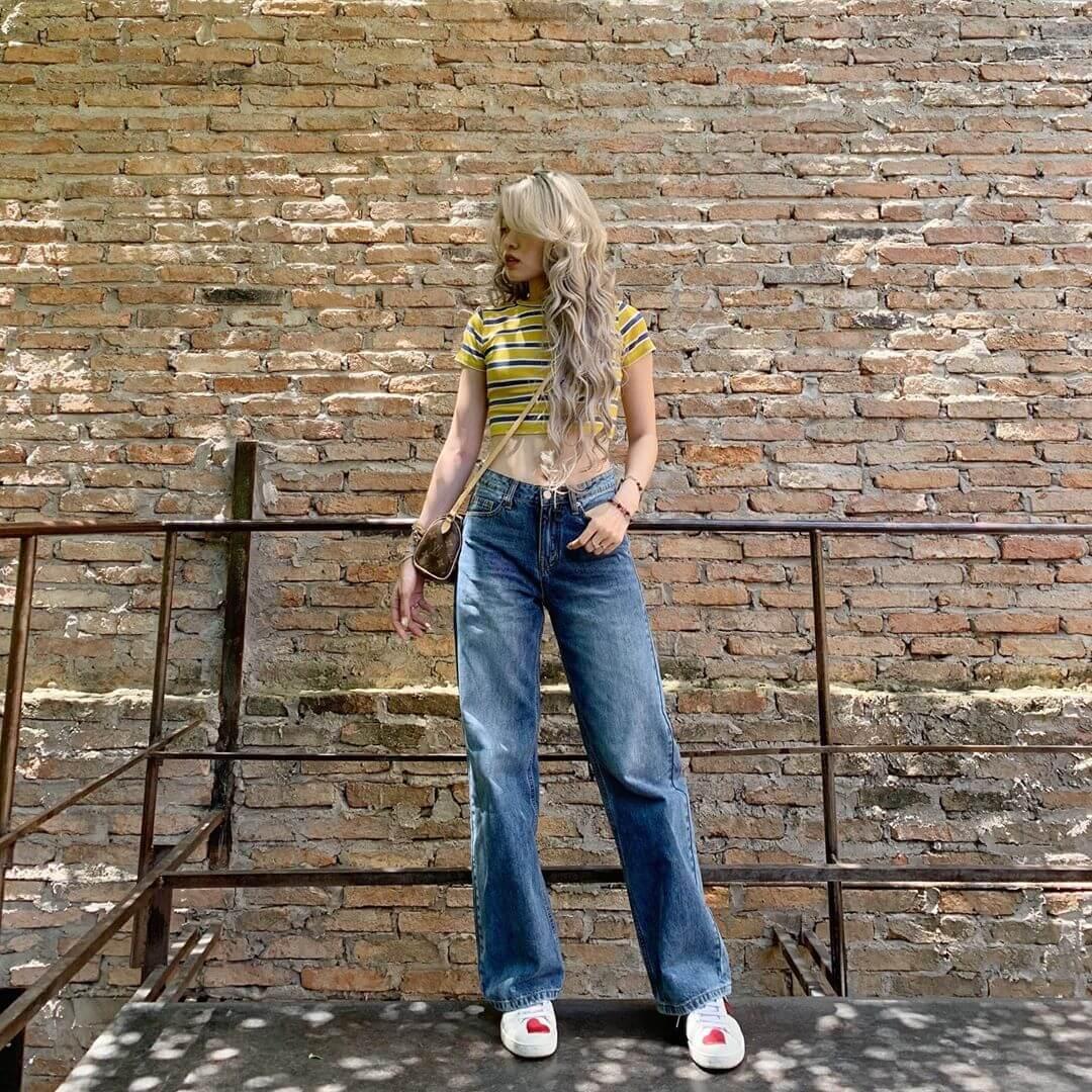 Cách phối quần jean nữ xanh ống rộng với áo phông cổ tròn