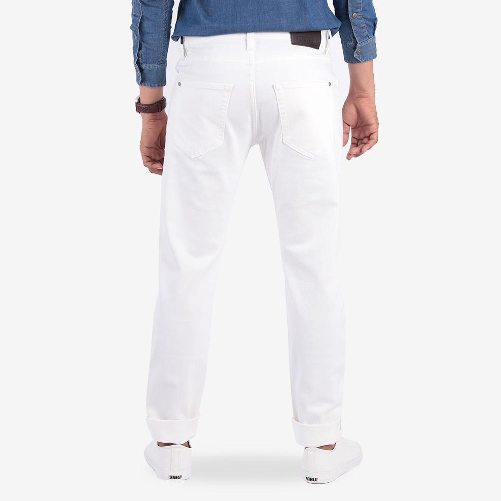 Chi tiết mặt sau quần jean nam màu trắng kĩ càng dáng