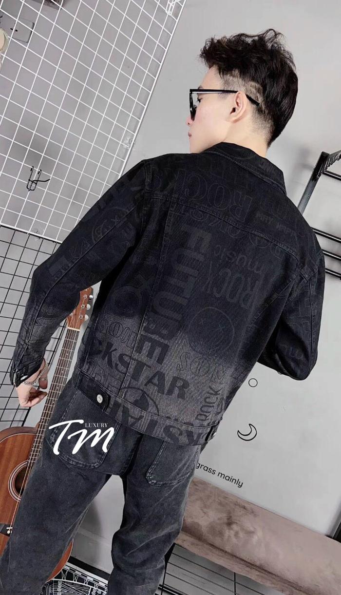 Phía sau dáng áo khoác đen phối với quần jean đen cực đẹp